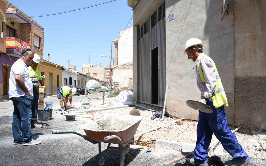 Urbanismo asfalta 20 calles de Albatera